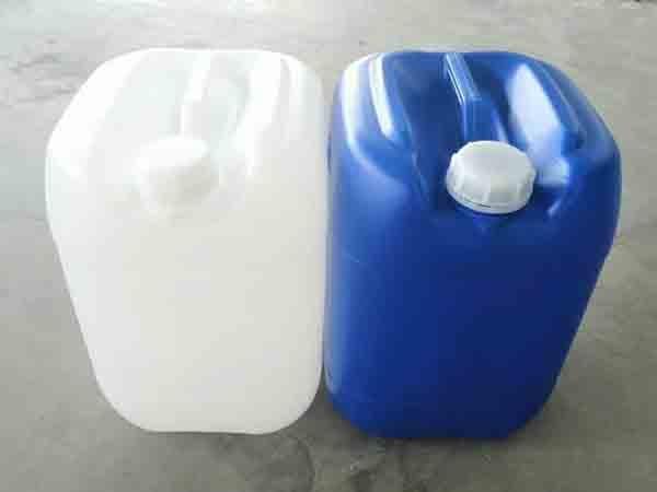修补25升塑料桶时将桶破损外表的污垢除净。
